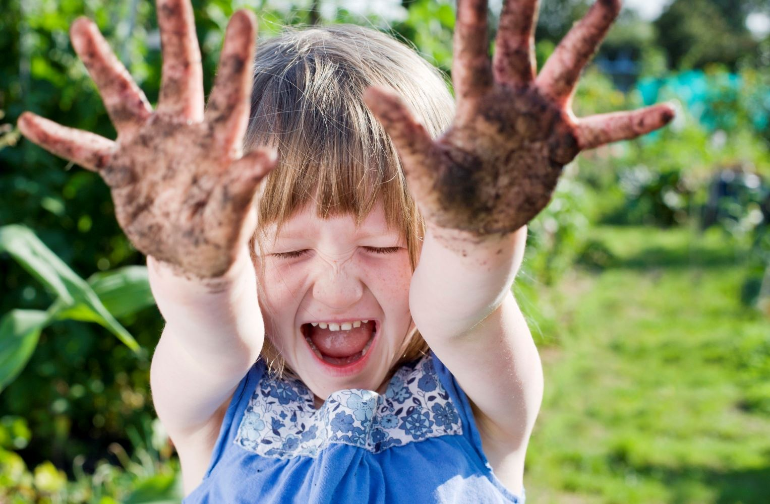 girl-with-dirty-hands